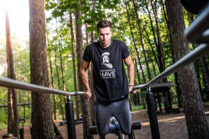 Mann beim Outdoor Fitness